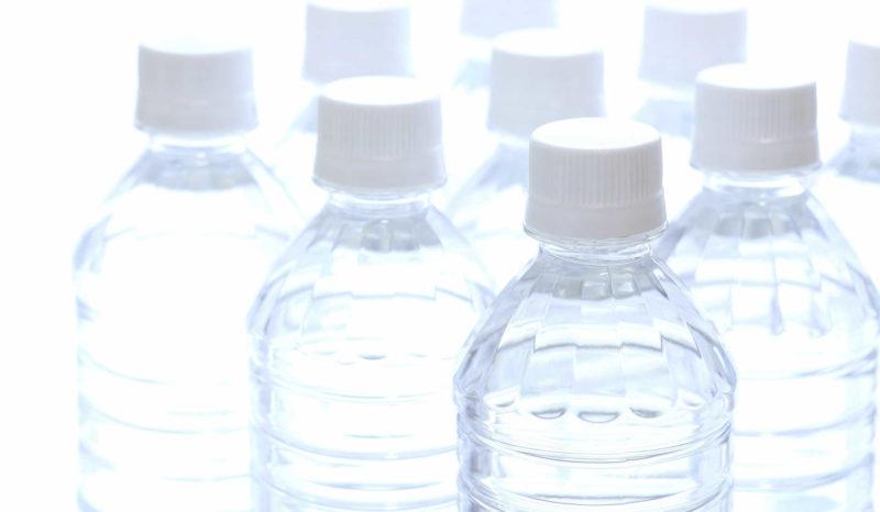 飲料水用として2Lのペットボトル水を12本(24L分=約6日分)ストック