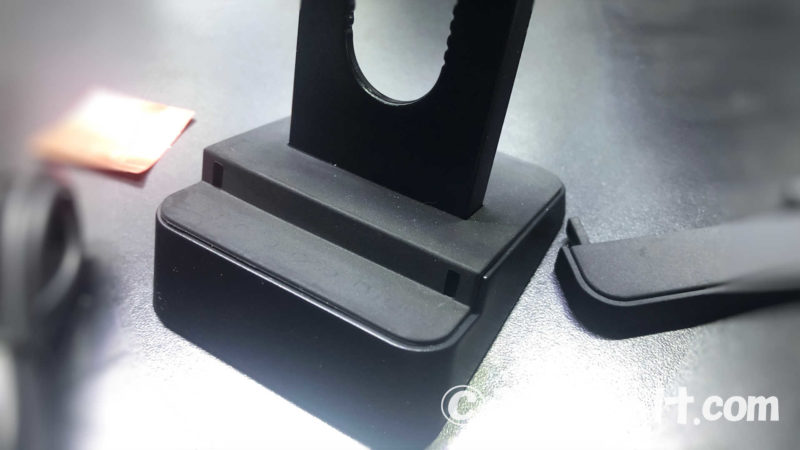 台座部分のアジャスターを外して、スマホやiPhone本体の形状にフィットしやすくなる