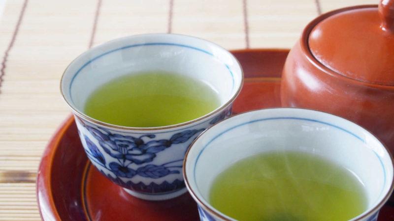 緑茶を飲んで、にんにくの口臭を和らげる
