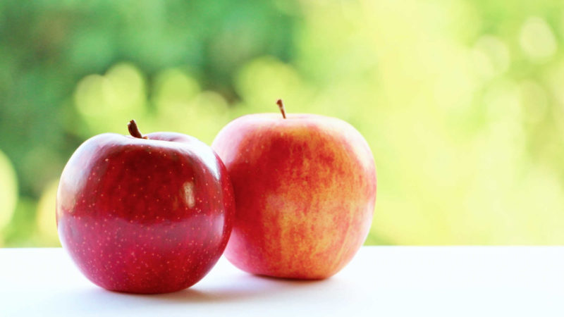 リンゴを食べてニンニク口臭を消す