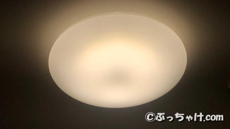 LEDシーリングライト CL6DL-6.0UAITを電球色で点灯させた状態