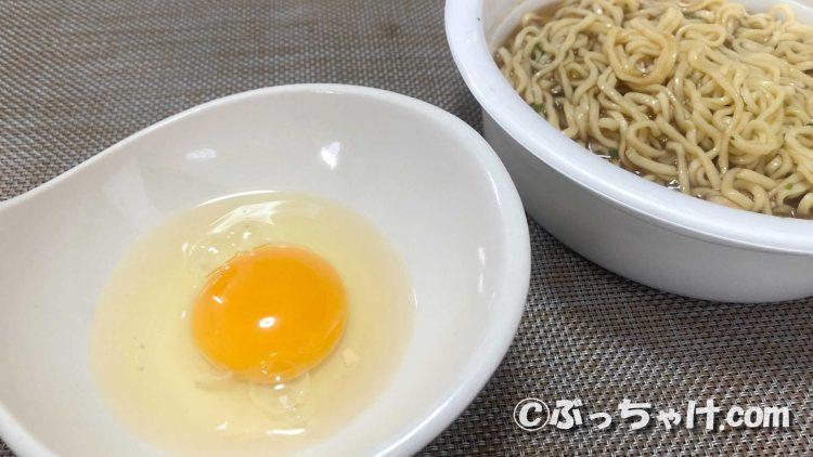「U.F.O 濃い濃いすき焼き風あんかけ麺」を卵に付けて食べてみる